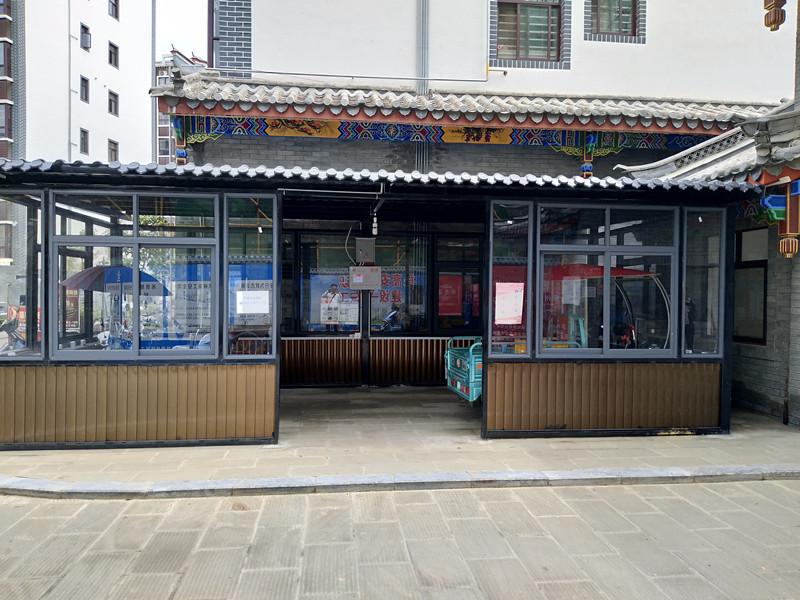 图为百色市田阳闲逸苑小区的另一个云易充充电车棚