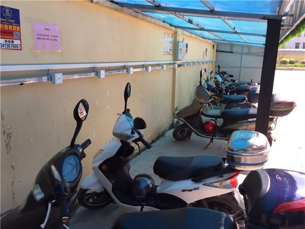 车棚里停放有序的电动车
